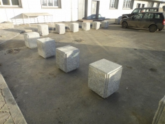 В Красноярске установлены массивные дорожные антипарковочные столбики