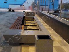 Территория нового терминала аэропорта Красноярск была благоустроена индивидуальными уличными скамейками